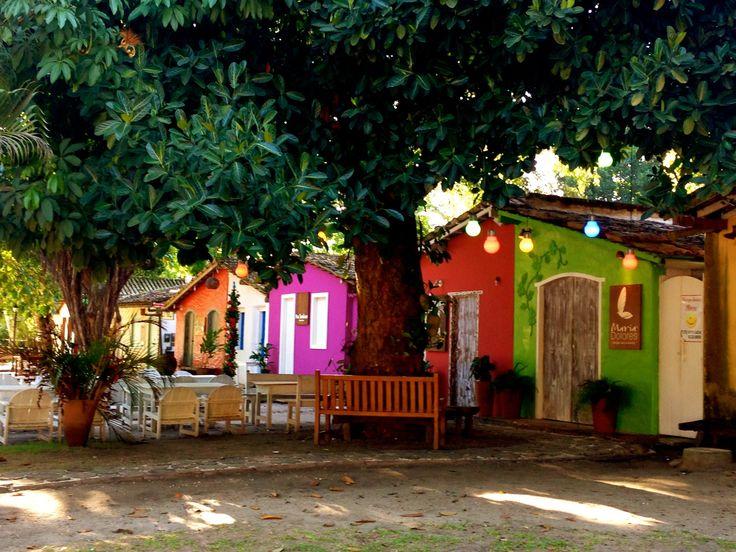 Antigas casinhas jesuitas, agora renovadas e coloridas viraram lojas, restaurantes e ate pousadas. Trancoso, Bahia, Brazil