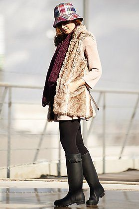 Look de ATrendyLife con vestido Miss Cute, botas Hunter, gorro Riverside y bufanda @veromodafashion.