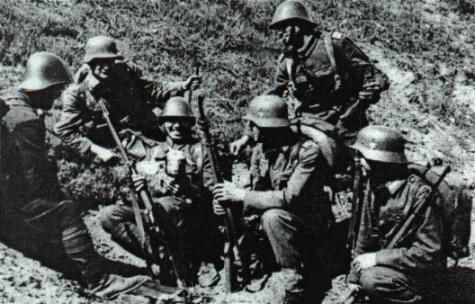 Romanian and German soldiers on a break , Estern Front