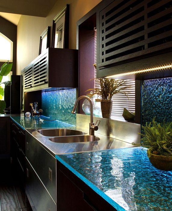 Очень красивый интерьер кухни создан благодаря просто отменному дизайну столешниц и стен, которые напоминают водную стену.