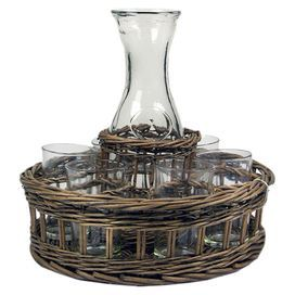 Cesta tejida de mimbre con seis vasos y una jarra. Características: Decorativo Funcional - Woven wicker basket holding six drinking glasses and a carafe. Features: Decorative Functional