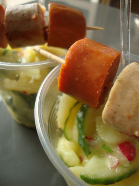 Wurstspiess auf Gurkenkartoffelsalat
