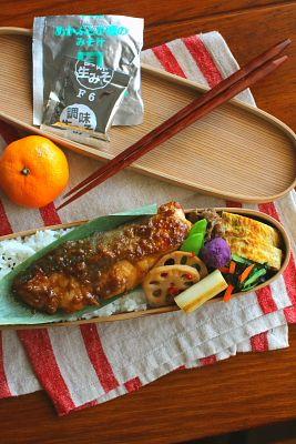 白米鰤の梅味噌焼き青葱入り卵焼き牛肉と牛蒡の甘辛煮小松菜と人参の海苔和え蓮根のきんぴら紫芋ボール焼き白葱塩茹で絹さや今日は「ぶりの梅味噌焼き」が主役のお弁当。石澤清美さんのレシピを参考に、フライパンで焼いたぶりに梅味噌だれを絡めるだけの簡単