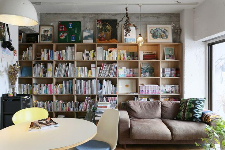 <p>壁一面の本棚。憧れます。棚の上部は飾り棚にしているところが見せ方上手。</p>