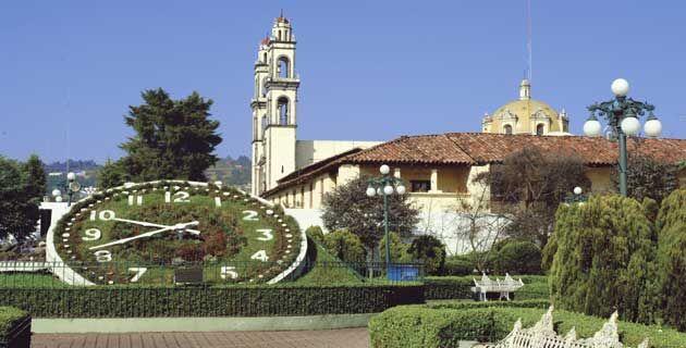 Reloj floral y templo de San Pedro y San Pablo / María de Lourdes Alonso