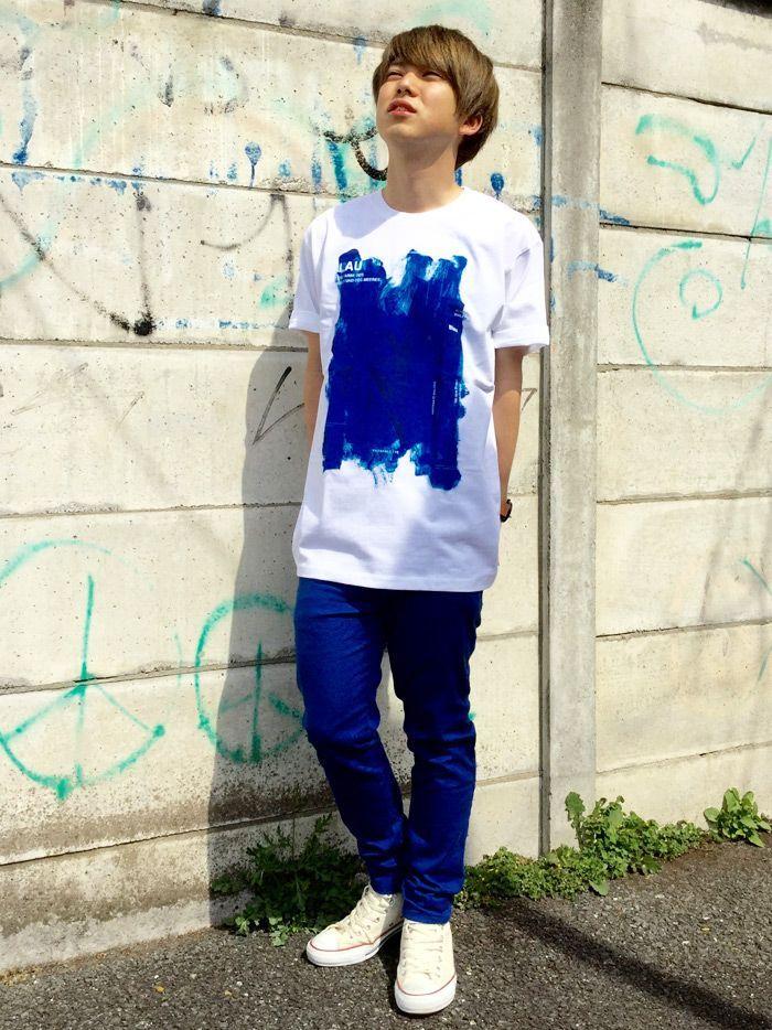 ブルーの綺麗な色と力強く描かれたインパクトのあるデザインのTシャツ。これからの季節感にとっても合っています!スキニーパンツとのバランスを考えて、Tシャツはオーバーサイズ。パンツもブルーで合わせて、統一感ある元気なコーディネートにしました。