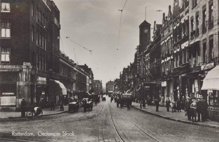 Gezicht op de Gedempte Slaak, rechts het gebouw van het dagblad Voorwaarts. Op de achtergrond de Vlietstraat en de Vlietkade. De prent komt uit 1935. Bron:De prent en informatie komen uit het Stadsarchief Rotterdam.
