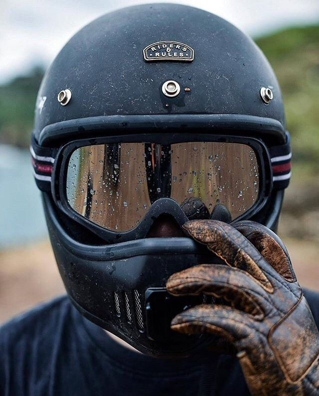Capacete sem viseira, óculos esportivos e luvas de couro cru