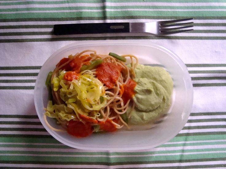 Schiscetta - Spaghetti integrali con vellutatina di broccolo e cavolfiore, passata di pomodori secchi, fagiolini e cipollotto stufato