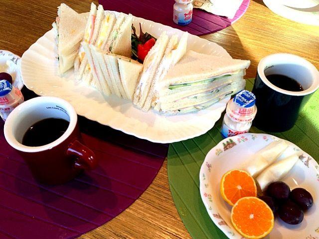 おはようございます(^_−)−☆  今日は、晴れ!今朝は、サンドイッチ、玉子、ハムきゅうりチーズ ツナ  バナナ。久しぶりに美味しかった*\(^o^)/*  2連休で壱岐にいきますー。楽しみー!たくさん、楽しんできます。ではー、よい1日をー*・゜゚・*:.。..。.:*・'(*゚▽゚*)'・*:.。. .。.:*・゜゚・* - 7件のもぐもぐ - サンドイッチ   トマト  みかん  ぶどう  梨  珈琲  ヤクルト by 126kei