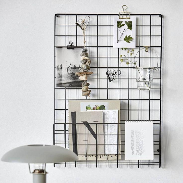 Metalen wandrek, uitgevoerd in chique zwart Knijp je leuke foto's aan het rek, leg je favoriete tijdschrift erin of hang je boodschappenlijstje eraan! Get Organized maar dan in stijl!