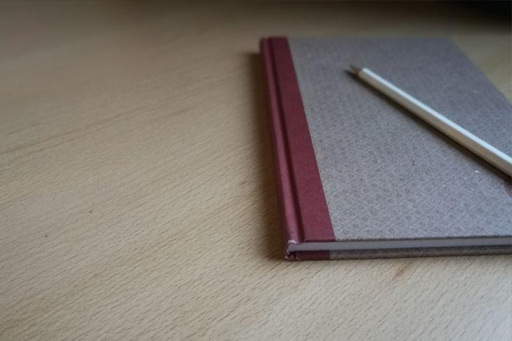 Jelikož se nacházíme na spisovatelském blogu, napadlo mě, že by nebylo od věci začít psát články o tvůrčím psaní, které by mohly pomoci ...