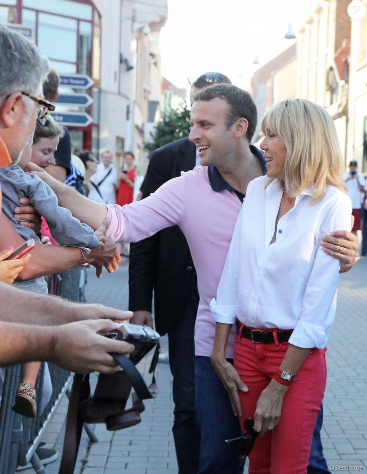 Le président de la République française Emmanuel Macron et sa femme, la première dame Brigitte (Trogneux) vont faire une balade à vélo au Touquet, France, le 17 juin 2017