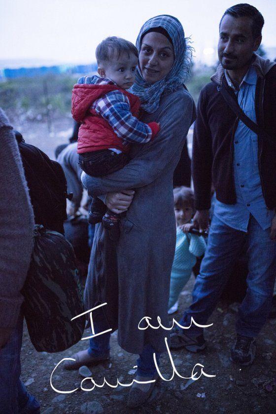Le 27 août dernier, les journaux annoncent la mort de plusieurs dizaines de migrants, asphyxiés dans un camion frigorifique sur une route autrichienne. Choquée par le comptage approximatif de ces morts tragiques — entre 20 et 70, déclare-t-on, comme si cela ne faisait aucune différence —, la photographe Anne A-R se jure de briser l'image d'une masse indistincte de réfugiés. « Je me suis dit qu'à un moment, il allait falloir les regarder un par un », se souvient-elle. Ainsi est né son…