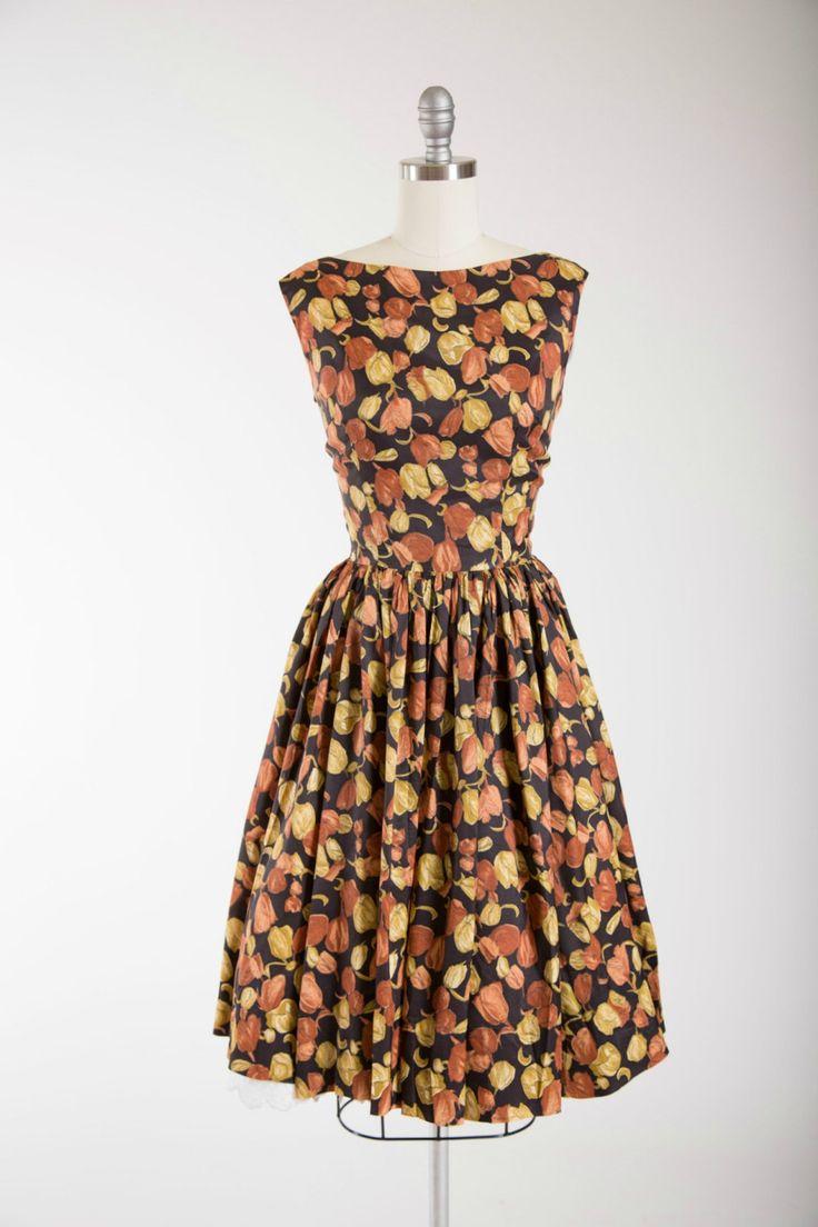 jaren 1950 vintage dag jurk featuring een mooie bloemenprint in een roest oranje en geel op een bruine achtergrond chartreuse. Gemaakt van een ultra zachte nylon mix weefsel. Mouwloos en GENAAISTE bodice, ingerichte taille en volledige verzamelde rok. Kelderen terug met knop detail. Sluit af met de knoppen en haak oog sluitingen aan achterkant.  ☞ Metingen Bust: 36 Taille: 26.5 Heupen: gratis Lengte: 40.5 Label: geen label  Gemaakt van een mix van nylon. Uitstekende vintage staat. Prachtig…