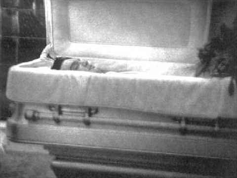 """Elvis Aaron Presley, The King est mort le 16 août 1977à Memphis, Tennessee, Toutes les stations de radio, sur l'ensemble du territoire américain, ont interrompu leur programme : """"Elvis"""", le King, le roi du rock'n'roll, n'est plus. """"Elvis Presley"""" meurt d'une crise cardiaque. Au cours des dernières années, il avait été plusieurs fois hospital..."""