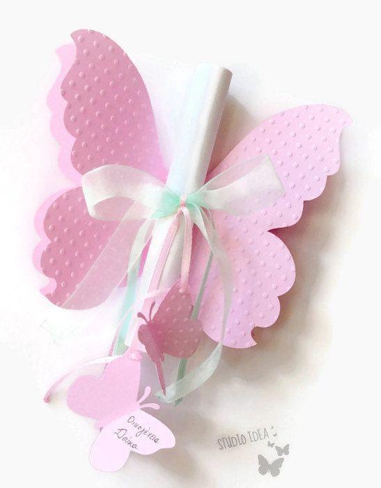 Set di 10 grandi 2 strati farfalla a forma di invito. Perfetto per docce bambino, compleanni, battesimi, matrimoni!  Dimensione di farfalle invito: circa 5 x 6 (12, 7 cm x 15, 5cm) Farfalla abbellimenti: 1 5/8 x 2 (4, 2 x 5 cm) Formato di carta testo circa: 5,5 x 7,5 (14 x 19 cm) Colori: Scegli i tuoi colori Materiale: 220gr carta 160gr qualità testo carta, nastri di raso, nastro di Organza  Realizzati in carta e carta di testo di qualità. Testo (testo personalizzato - il vostro testo) è...