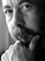 Leonardo Padura (La Habana, 1955) trabajó como guionista, periodista y crítico, hasta lograr el reconocimiento internacional con la serie de novelas policiacas protagonizadas por el detective Mario Conde: Pasado perfecto, Vientos de cuaresma, Máscaras, Paisaje de otoño, Adiós, Hemingway, La neblina del ayer y La cola de la serpiente, traducidas a numerosos idiomas y merecedoras de premios como el Café Gijón 1995, el Hammett 1997, 1998 y 2005, el Premio de las Islas 2000 y el Brigada 21.