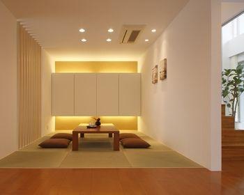 和室の多灯照明コーディネート。ダウンライトと収納背面から上下を照らすことで柔らかくもモダンな雰囲気に。