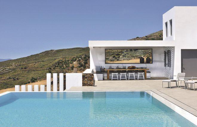 Sobriété élégante pour cette terrasse avec piscine grand luxe