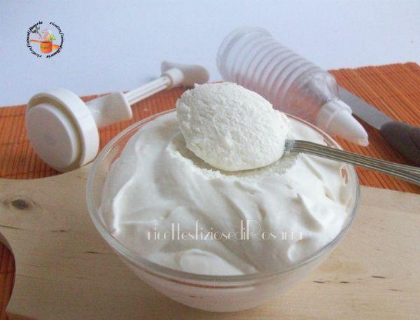 La crema al latte senza cottura è una crema soffice ma compatta adatta per farcire i vostri dolci, in particolare la fetta al latte e la torta paradiso....