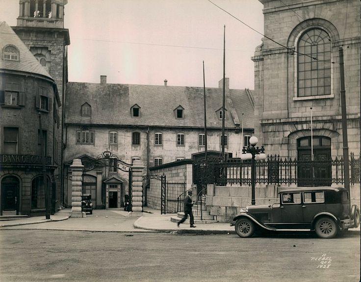 Séminaire de Québec à l'angle des rues Sainte-Famille et Côte de la Fabrique vers 1928.