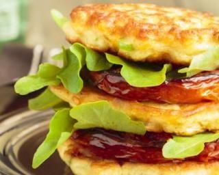 Burger de tomate végétarien aux galettes de maïs : http://www.fourchette-et-bikini.fr/recettes/recettes-minceur/burger-de-tomate-vegetarien-aux-galettes-de-mais.html