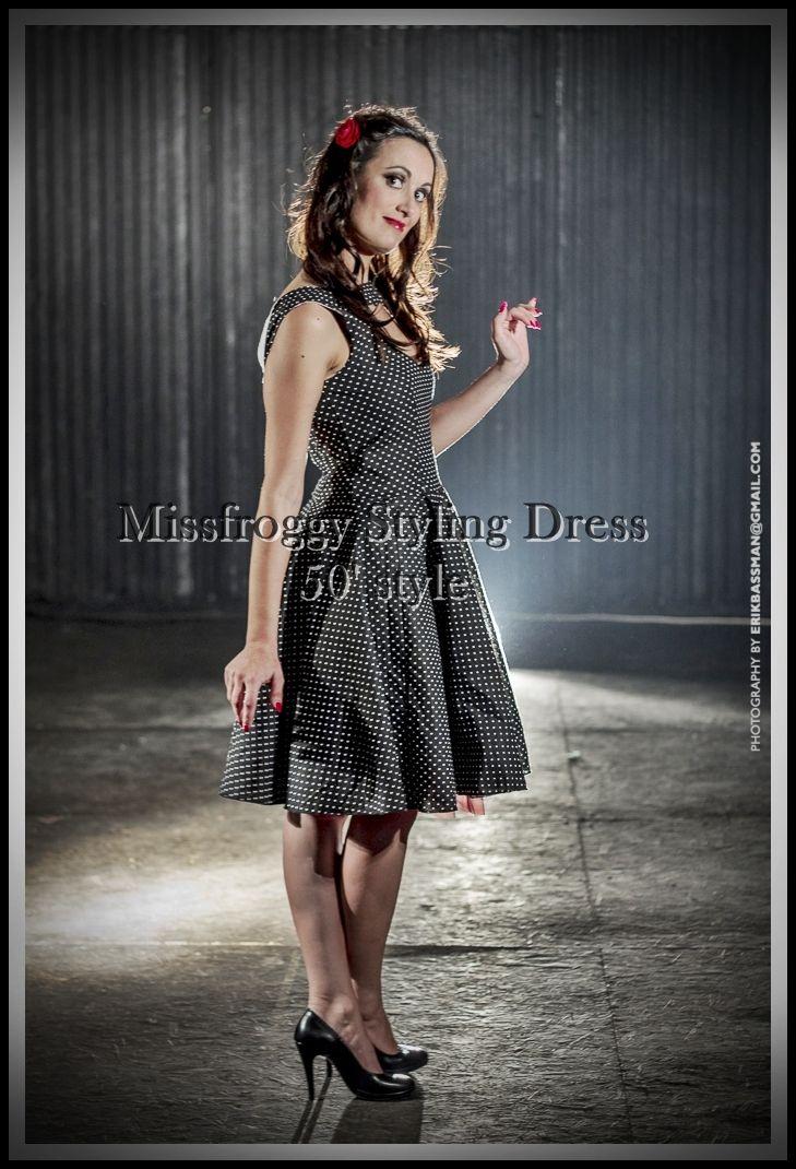 polka fifties dress black model heart-shaped neckline pinup