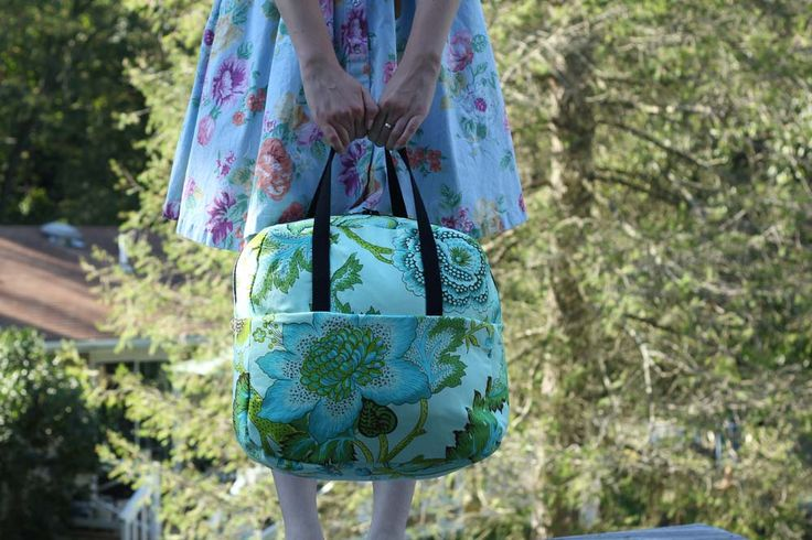 Liesl Made Weekender Bag Tutorial - I think this would also make a really good craft bag for my knitting and crochet projects.