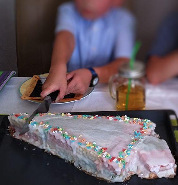 Diesen Schultüten Kuchen für die Einschulung bekommt jeder hin! Schnell u einfach eine Schultüte als Kuchen mit Schritt-für-Schritt-Anleitung zum Nachbacken