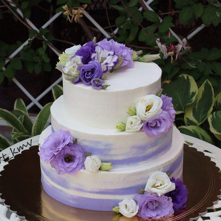 Свадебный торт, бисквит ванильный, крем сливочно-творожный, внутри клубника и бананы. Вес 10,6 кг.  Автор Instagram.ru/tort_kmv