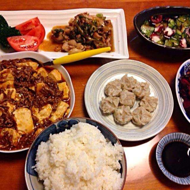 これから 年末まで 息子と二人の晩御飯ばかり… 手抜きで   やっちゃおー✌️✌️✌️ - 4件のもぐもぐ - 麻婆豆腐  鳥のネギ塩焼き  ブロッコリー&トマト  シュウマイ  タコの酢の物❗️  ボンの晩御飯❗️ by miyuyasushima