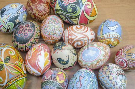 27372393-ukrainian-easter-egg-decorated-with-traditional-ukrainian-folk-designs-using-a-wax-resist-batik-meth.jpg (450×298)