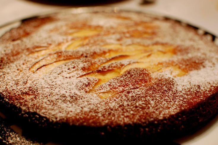 La torta di mele è un grande classico della Domenica…di mia nonna ovviamente. Perchè per me la Domenica si svolgerebbe principalmente tra il letto e il divano. La ricetta però si adatta anche ai più pigri, perchè i passaggi sono davvero veloci. Se avete una mandolina, oltretutto, tagliate le mele a tempo di record e a quel punto ci mettete veramente 10 minuti per preparare una torta come una volta! INGREDIENTI PER 1 TORTA 3 mele golden 200 gr di zucchero 3 uova 80 gr di burro + un po' 150…
