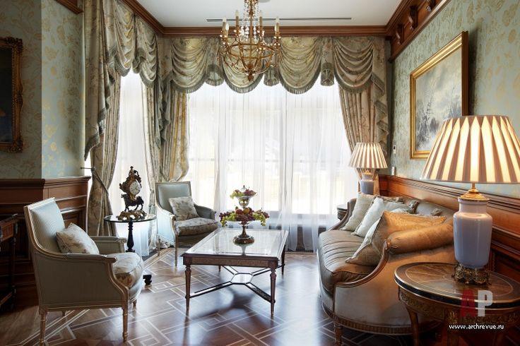 Шторы со свагами в интерьере гостиной в английском стиле