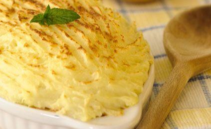 Recette Hachis parmentier maison : 1/ Commencer par faire chauffer le lait dans une casserole y ajouter la purée mousline tout en remuant.2/ Une fois la purée...