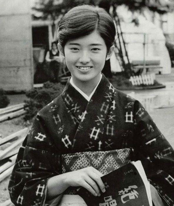 照片中永远留住青春 建国五十年间人民心中的女神. 山口百惠(Yamaguchi Momoe),日本著名影视歌三栖明星。1975年,日本连续剧《血疑》在全国播出,剧中错综复杂的病情、感人肺腑的亲情和纯洁无瑕的爱情吸引了亿万观众每天守候在电视机旁。一袭学生装,浅浅的笑容,调皮可爱的小虎牙,伴随着那个纯情似水的大岛幸子,山口百惠的名字从此深入人心。