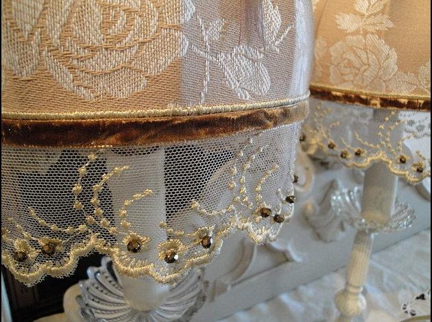 abat jour pour lampe poser col dentelle et galon en fil d 39 or toile matelas fleuri noisette. Black Bedroom Furniture Sets. Home Design Ideas