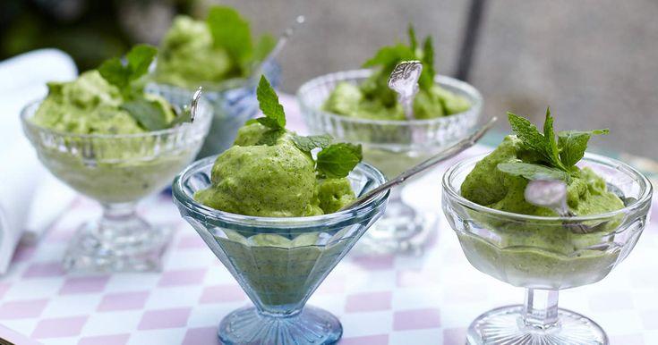 Försvinnande god glass som du enkelt mixar ihop av banan, gröna ärtor och mynta. Låt inte de gröna ärtorna göra dig tveksam, det blir verkligen gott!