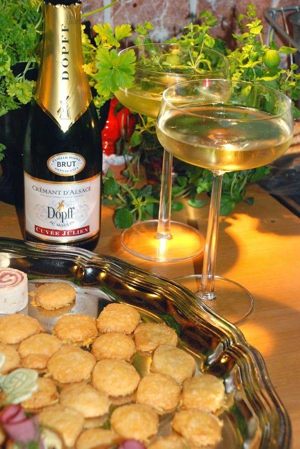 Här kommer lite inspiration till vad man kan bjuda på när gästerna kommer på nyårsafton. Hoppas ni hittar nåt ni gillar!   Parmesanknappar  ...