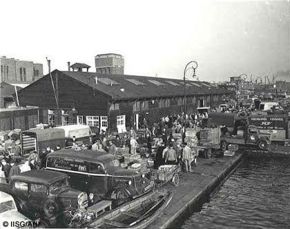 1951. Fish market on De Ruijterkade in Amsterdam. Photo IISG/AHF. #amsterdam #1951 #DeRuijterkade