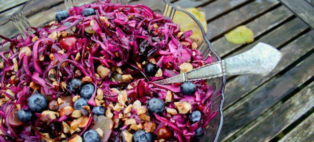 Rødkålsalat med granatæbler, dadler og nødder