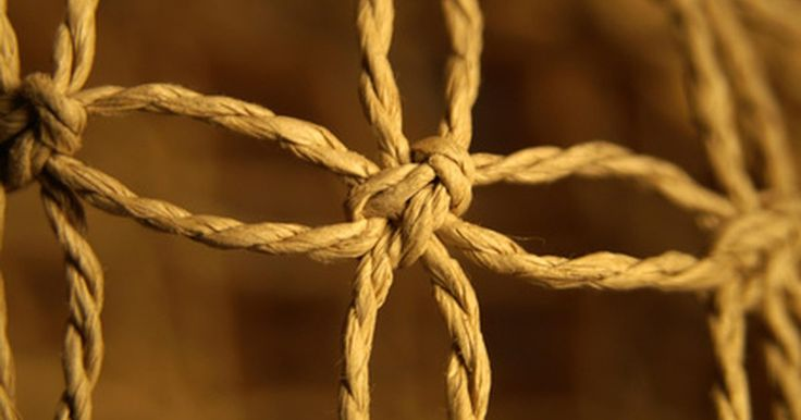 Macramê para iniciantes. O macramê consiste em uma rede artesanal elaborada e modelada e, como material, são geralmente usados tecidos. Trabalhos em macramê são geralmente usados como decorações de parede, cestos suspensos, roupas e acessórios.