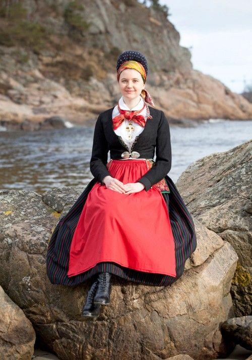 Dräkt från Vest-Agder, ur boken Scandinavian Folklore II av Laila Durán. (Foto Laila Durán)