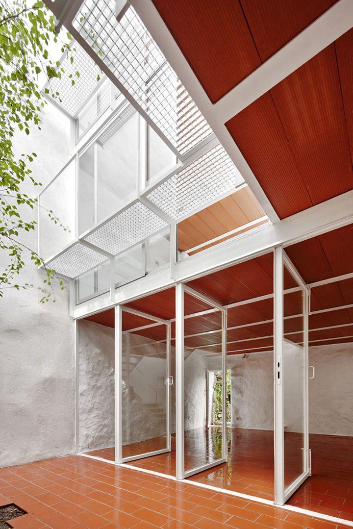 Arquitectura G- Casa Luz.  Se trata de una reforma integral manteniendo fachadas. Se ha liberado la planta baja para convertirla en una zona polivalente, sin climatizar, relacionada con el hu…