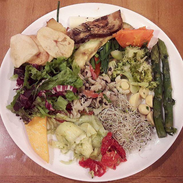 WEBSTA @ laismartinsnutriveg - O restaurante Raro em Botafogo não é Vegetariano, mas olha só a variedade desse prato. Várias opções que não são comuns em Salvador como por exemplo aspargos, alcachofra e bamboo. Além disso teve tomate seco, broto de alfafa, champignom, brócolis, abóbora, berinjela, abobrinha, nirá, feijão fradinho, chips de batata, mix de folhas e manga.#vegan #veganforadecasa #viagemvegana #RJ #plantbased #nutrição #saúde #instafood #crueltyfree #nutrivegana #pratocolorido…