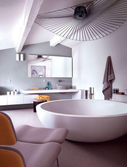 Salle de bains moderne et épurée - Couleurs bien choisies pour ce mas rénové - CôtéMaison.fr