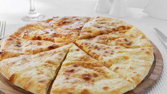 Domácí recept na sýrem plněnou placku z kynutého těsta