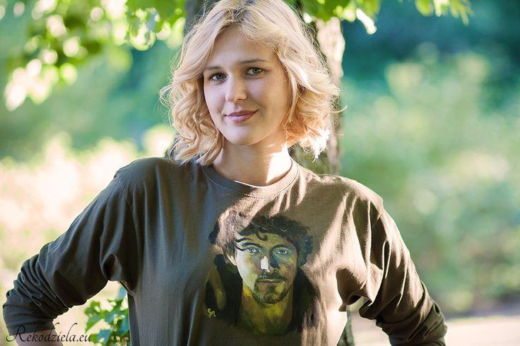 Koszulka Athelstan Vikings | rekodziela.euKoszulka typu longsleeve - z długimi rękawami, luźniejszy krój, w którym będziesz czuł się swobodnie. Ręcznie malowany portret Athelstana z serialu Wikingowie idealnie kolorami pasuje do koszulki w kolorze khaki. Grubość koszulki 150 g.  Koszulkę polecam prać ręcznie - lub w pralce w temperaturze 30°C :) Chcesz zamówić inny wzór lub inny krój, który spełni Twoje marzenia? Napisz: sklep@rekodziela.eu.
