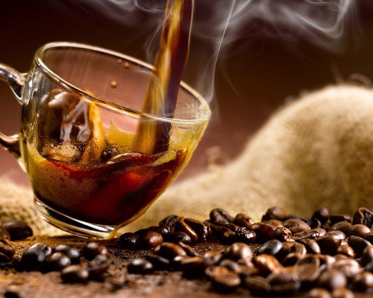 Eleged van az átlagos, talán kicsit egyhangú életedből és átlagos bögre kávédból, amivel minden reggel kezded a napod? Hát akkor itt az ideje, hogy megjutalmazd magad valami újdonsággal. Miért ne élénkítenéd fel a reggeli rutinodat egy dús gourmet kávéval?!